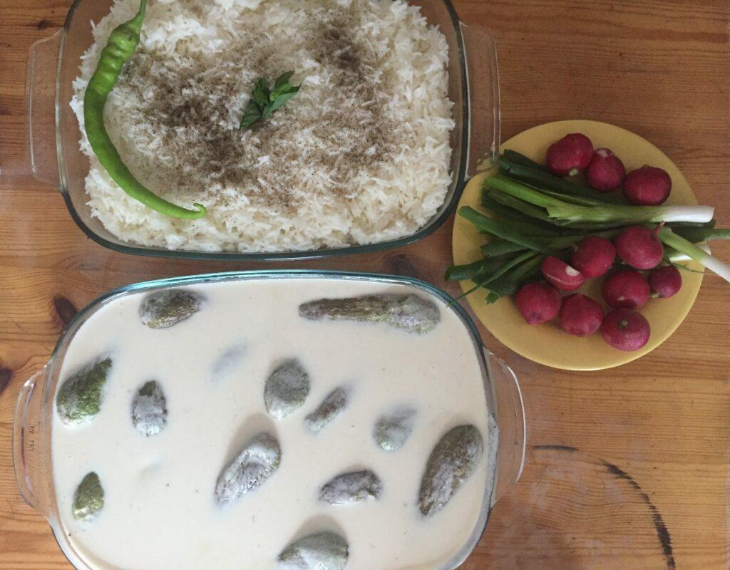 Joghurtsoße mit Zucchini. Foto: Eugenia Loginova