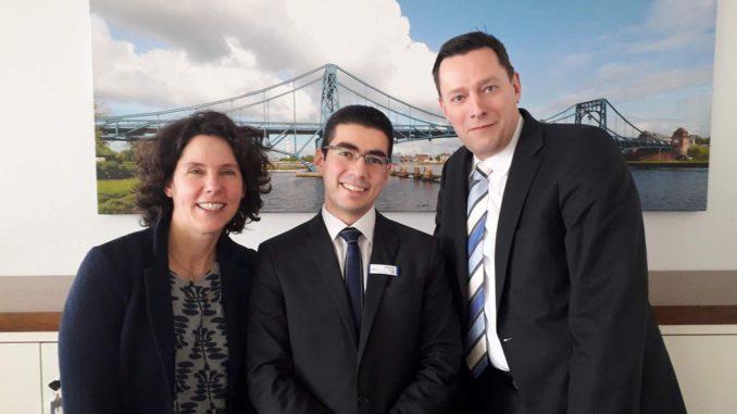 Carola Schede mit Mohanad Sinjab (Mitte) und Vorstandssprecher Nobert Philip in der Volksbank Wilhelmshaven