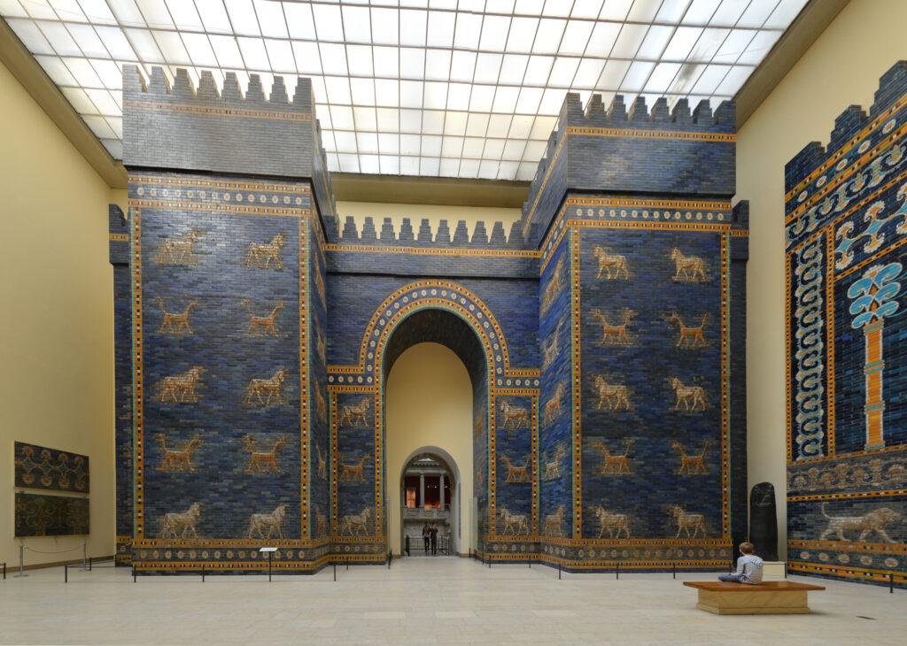 Das Ishtar-Tor im Pergamon-Museum in Berlin. Foto: Radomir Vrbovsky via wikimedia unter CC BY-SA 4.0 Lizenz