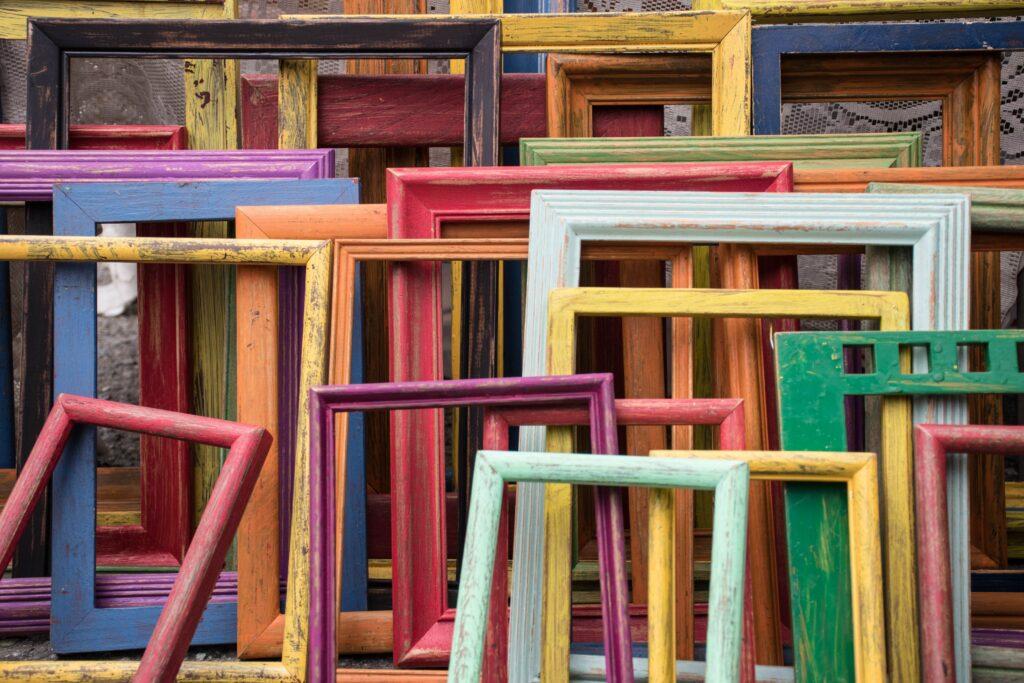 """""""Frames"""", zu deutsch: Rahmen prägen wir wir denken und handeln. Foto: Jessica Ruscello via Unsplash unter CC0-Lizenz"""