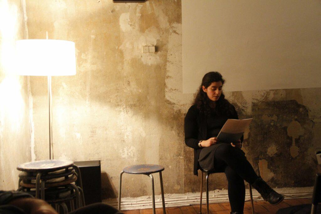 """Die Abschlusslesung des Schreib-Workshops """"Frieden zwischen Hier und Dort"""". Foto: Hannah Newbery"""