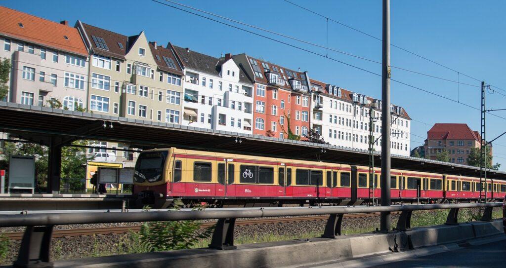 Bahnfahren in Berlin. Foto: Michael Kauer via Pixabay unter CC0 Lizenz