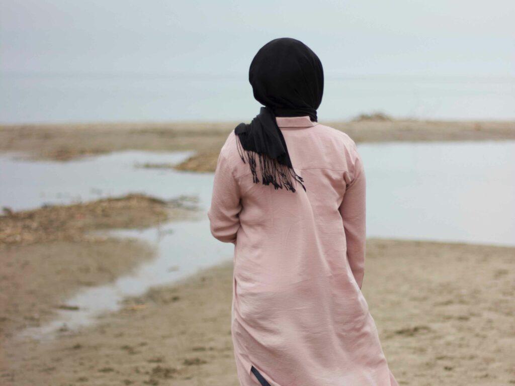 Nada wünscht sich, dass man ihr nicht vorschreibt, wie sie leben soll. Foto: Ifrah Akhter via Unsplash unter CC0 Lizenz