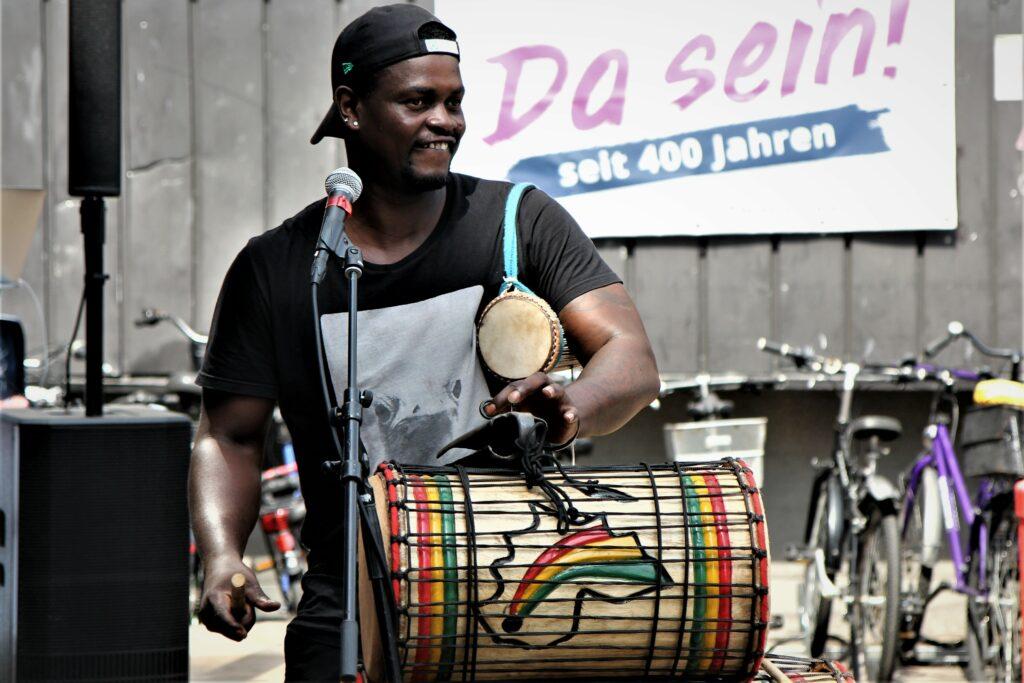 Spielen auf dem Sommerfest: Die Bangoura Group