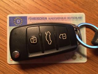 Führschein und Autos schlussel. Foto von Angelika Bauer.