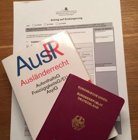 Der Vorgang der Einbürgerung. Foto: Angelika Bauer.