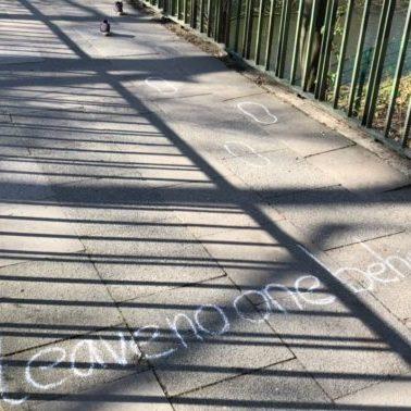 Bildunterschrift: Die Kampagne #leavenoonebehind macht auf die Lage in Flüchtlingslagern während der Corona-Krise aufmerksam. (Foto: Johan Graßhoff)