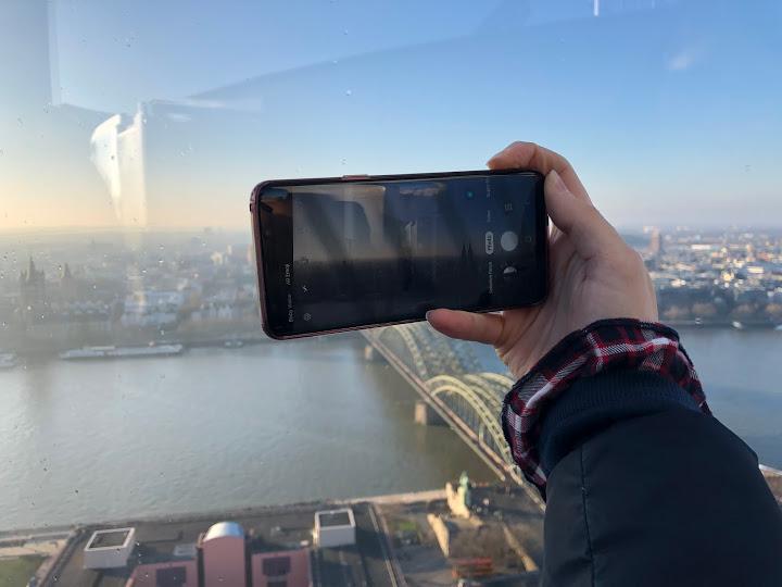 Durch Handy gucken wir das Welt.