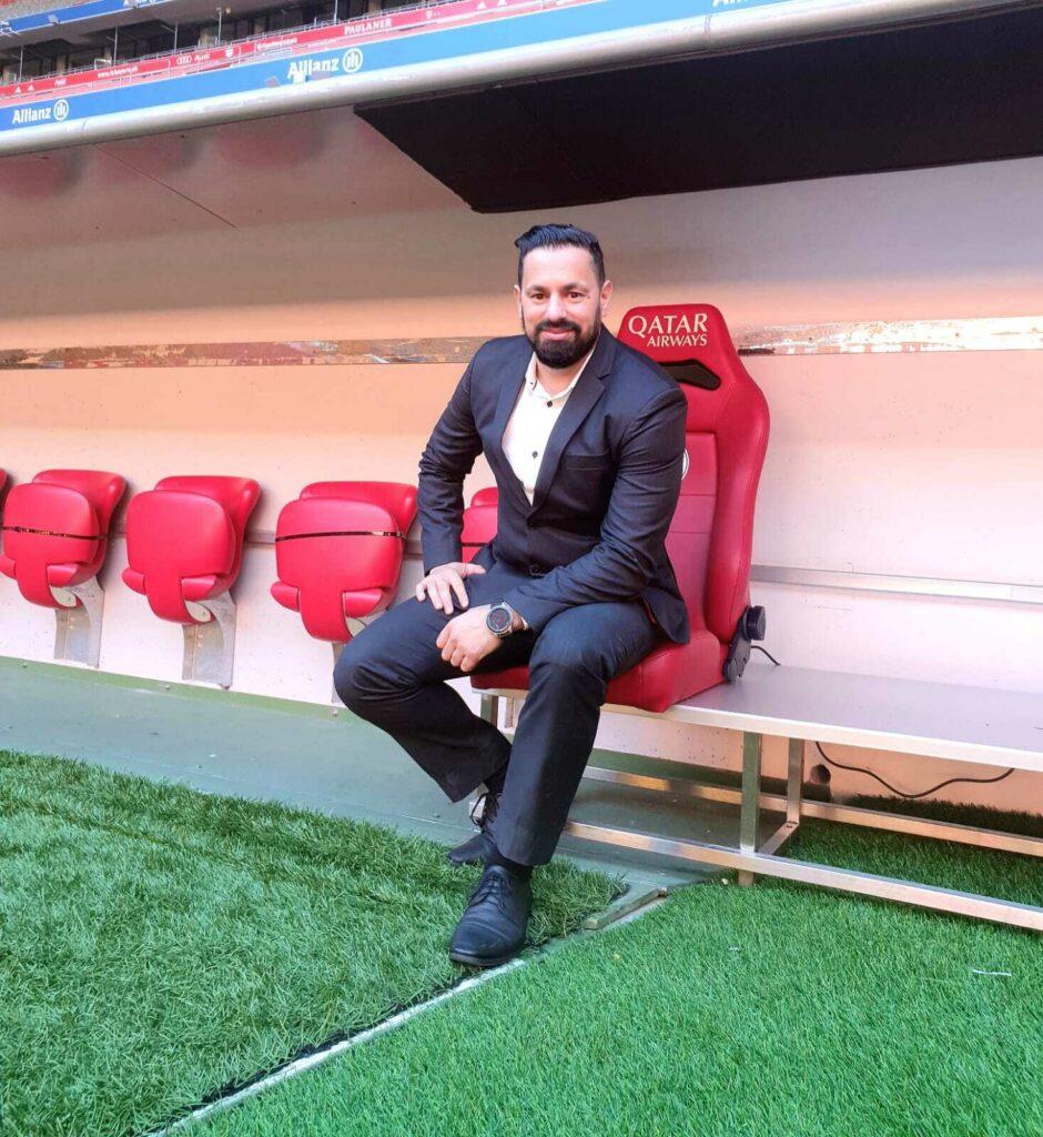 Mokki sitzt neben dem Spielfeld auf dem Trainerstuhl